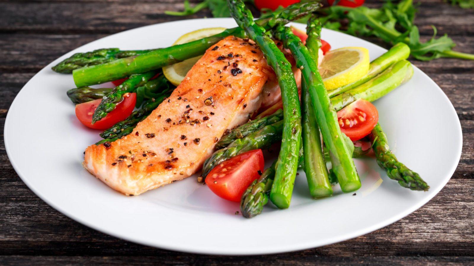 \Salmon with asparagus, tomatoes, lemon
